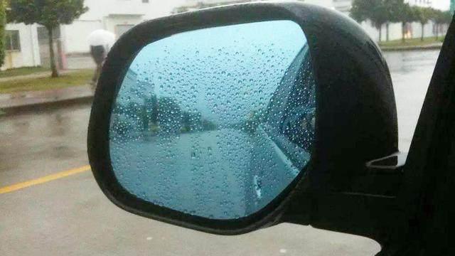 雨天开车,后视镜上有雨珠看不清怎么办?老司机都这么做,很实用