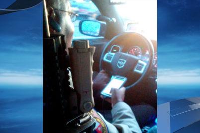 美国警察边开车边发短信 被后座小偷拍下并举报