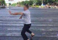 男子骑电动车闯红绿灯,下车后装傻尬舞,网友说交警做的好