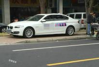远看以为是警车,近看才知道是教练车,普通和VIP学员的区别
