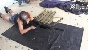 城会玩!俄罗斯美女一口气打掉700发子弹,枪管发红着火!