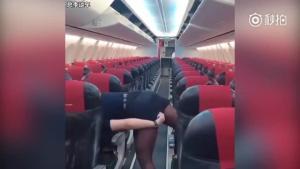 国外美女空姐教你如何炫耀大长腿!