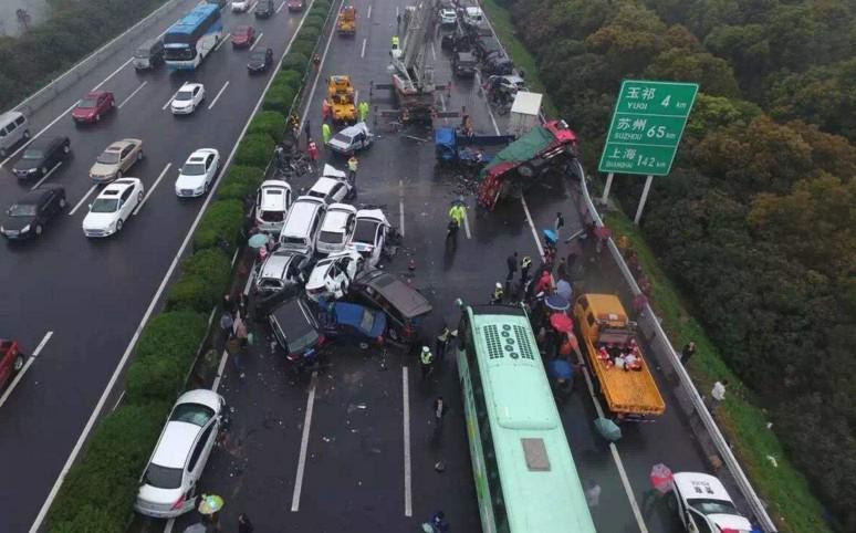 沪蓉高速雨天路滑多车连环相撞
