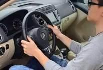 新手必看!停车时到底应该先踩离合还是先踩刹车?