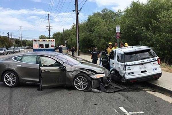特斯拉撞警车:自动辅助驾驶系统失灵?