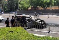 好险!别克GL8北京街头自燃, 烧成一堆废铁,3名乘客逃离
