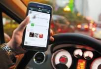 载着家人还敢低头捡手机,连撞高速护栏四次,网友:要手机不要命