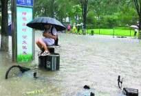 暴雨致熄火女车主紧抱大树,雨季驾驶要注意些什么?