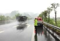 高速公路上遇到暴雨怎么办?老司机教你安全驾驶,关键时刻能保命
