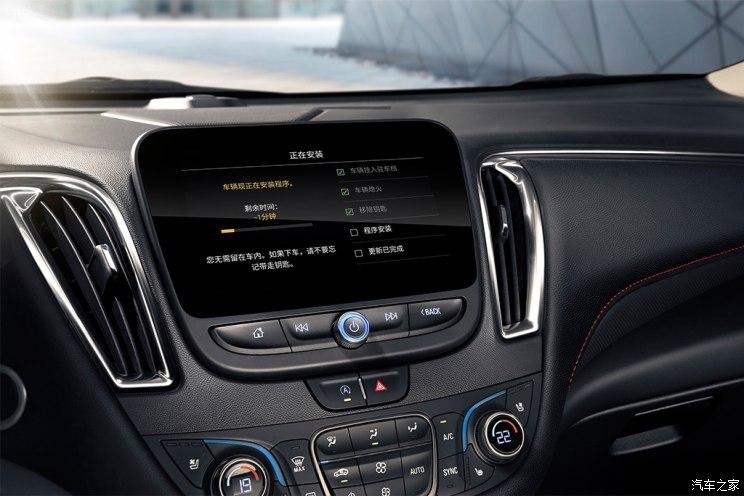 RS几乎完全一致。其中在进气格栅设计上,概念车更加突出运动风格,并且配备有RS徽章。所以我们推测,这款概念车未来将量产成为上汽通用雪佛兰旗下一款全新的中型SUV(即Blazer中规版),此外曾有消息称,未来国产车型将是一款7座版本(美版不提供7座)。  新款迈锐宝XL  『新款迈锐宝XL Redline尚·红版官图』  『新款迈锐宝XL内饰官图』  『普通版申报图』 通过官图和此前工信部申报信息我们能够看出,新款迈锐宝XL整体造型保持了海外版的设计,并增加了Redline尚·红