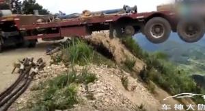 用生命倒车!悬崖边大卡车掉头,全程窒息!