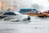新手必看!夏季暴雨频频 路遇积水这么开才不伤车!