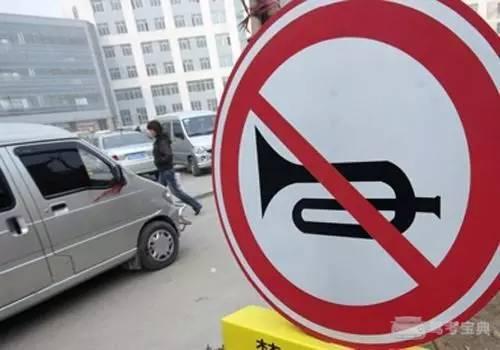 开车时有这个习惯的司机朋友要注意了,你违法了!