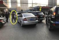 小伙偶遇吴京,一激动把他的奔驰给蹭了,蹭车后还和偶像合影留念