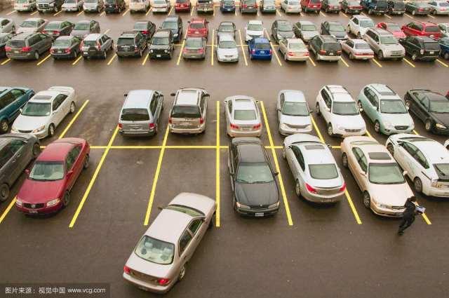 车辆密集的停车场该怎么停车?老司机都是i这么做的,安全又方便