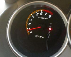 等红绿灯时汽车转速不稳,车身抖动,真正该解决的是这2个地方