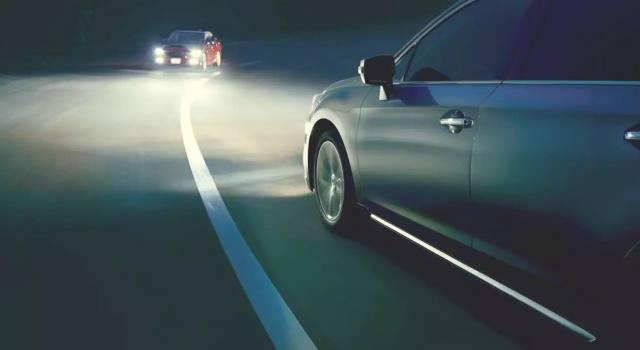 开车跑高速,到底是开远光灯还是近光灯?很多人其实都做错了