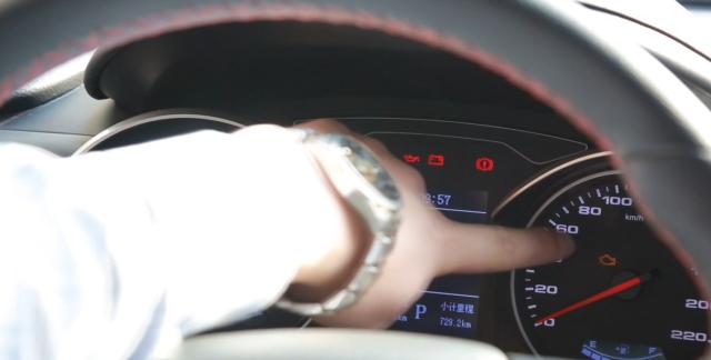 车子仪表盘上这2个故障灯亮了,不要犹豫抓紧停车,继续开太危险