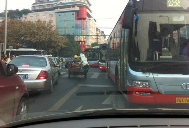私家车也能走公交车道?为啥很多老司机占用?实车演示一遍就知道