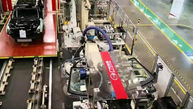 参观了无数汽车生产线,第一次看到自动安装前后挡风玻璃