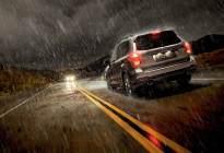 高速上开车突遇暴雨怎么办?这几步很关键,关键时刻能保命