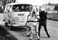浅谈汽车进化史:奔驰被嘲不如马,车载收音机为足球而生
