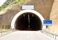 隧道里明明有灯还比较亮,为什么进入隧道还要开车灯?