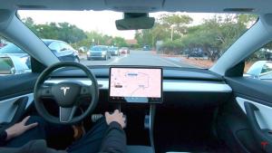 """汽车也知道什么是""""红灯停,绿灯行"""" 特斯拉升级自动驾驶功能"""